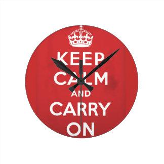 guarde la calma y continúe el poster del viaje reloj redondo mediano