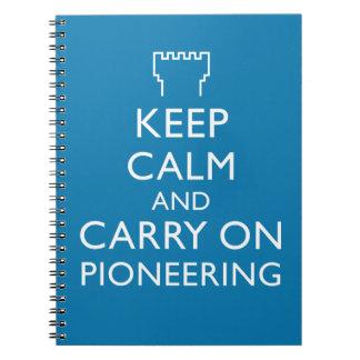 Guarde la calma y continúe el promover del azul spiral notebooks