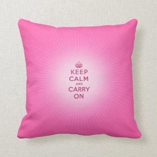 Guarde la calma y continúe el regalo femenino del cojín decorativo
