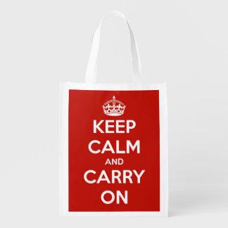 Guarde la calma y continúe el rojo y el blanco bolsas para la compra