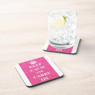 Guarde la calma y continúe el rosa posavasos de bebidas