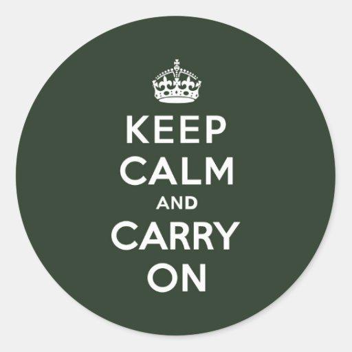 Guarde la calma y continúe el verde verde oliva etiqueta redonda