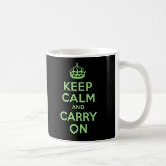 Guarde la calma y continúe el verde y el negro tazas de café