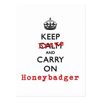 Guarde la calma y continúe Honeybadger valiente Postal