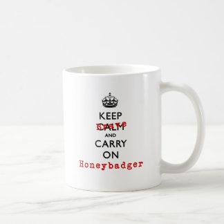 Guarde la calma y continúe Honeybadger valiente Taza Básica Blanca