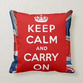 Guarde la calma y continúe la almohada elegante