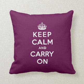 Guarde la calma y continúe la púrpura apasionada cojines