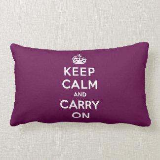 Guarde la calma y continúe la púrpura apasionada almohada