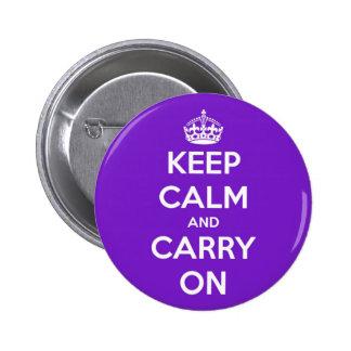 Guarde la calma y continúe la púrpura pin redondo de 2 pulgadas
