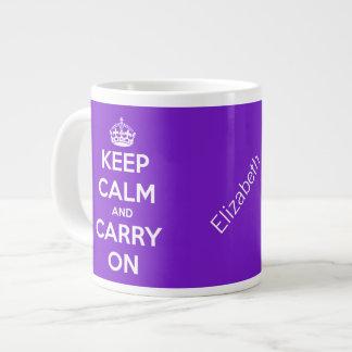 Guarde la calma y continúe la taza enorme púrpura taza grande