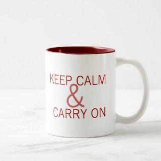Guarde la calma y continúe taza de café de dos colores
