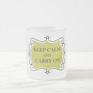 Guarde la calma y continúe taza de cristal