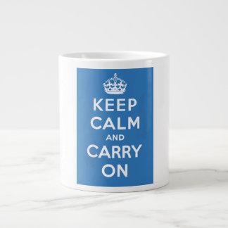 Guarde la calma y continúe taza grande