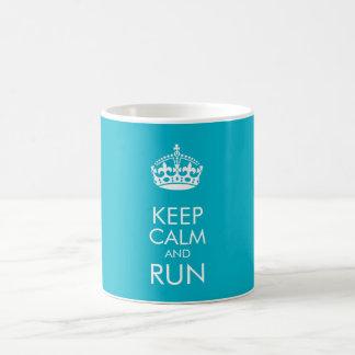 Guarde la calma y corra - cambie el color de fondo taza clásica