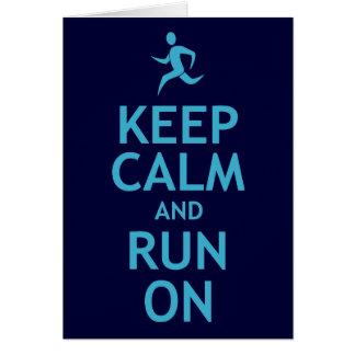 Guarde la calma y corra en (el azul) tarjeta de felicitación