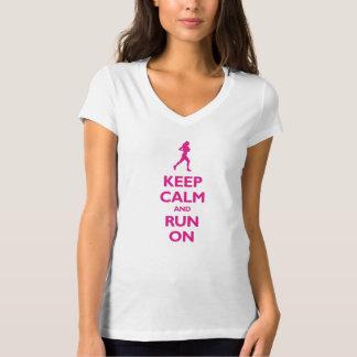 Guarde la calma y corra en (las rosas fuertes) playera