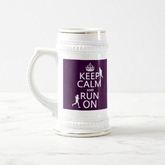 Guarde la calma y corra en (los colores jarra de cerveza