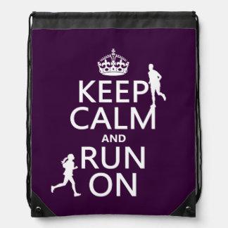 Guarde la calma y corra en (los colores mochilas