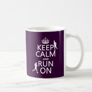 Guarde la calma y corra en (los colores taza de café