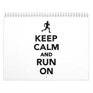 Guarde la calma y corra encendido calendarios
