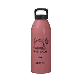 Guarde la calma y cosa encendido botella de agua