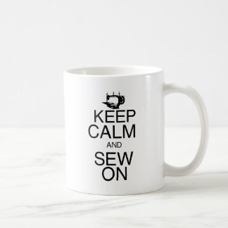Guarde la calma y cosa encendido tazas