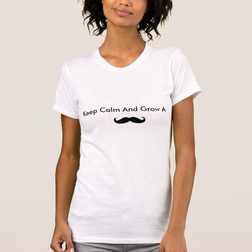 Guarde la calma y crezca un bigote camiseta