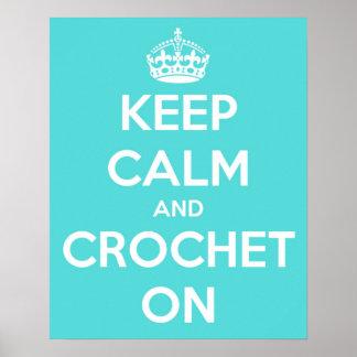 Guarde la calma y Crochet en azul brillante Póster