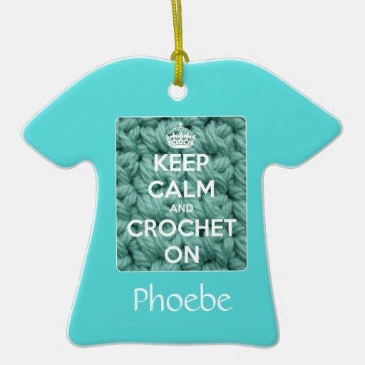Guarde la calma y Crochet en azul Ornamento De Navidad