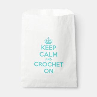 Guarde la calma y Crochet en azul en blanco