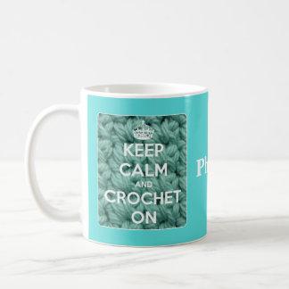 Guarde la calma y Crochet en azul Taza Básica Blanca