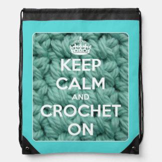 Guarde la calma y Crochet en azul y blanco Mochilas