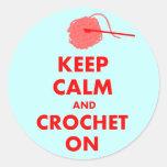 Guarde la calma y Crochet en los regalos Pegatinas Redondas