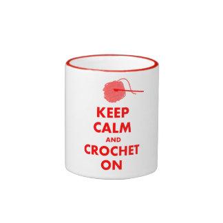Guarde la calma y Crochet en los regalos Taza A Dos Colores