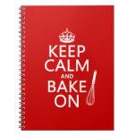 Guarde la calma y cueza en (cocinando) (el color d cuaderno