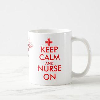 Guarde la calma y cuide en la taza con símbolo del
