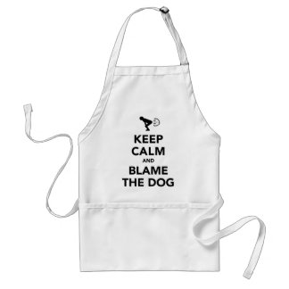 Guarde la calma y culpe el perro delantal