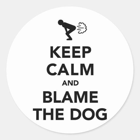 Guarde la calma y culpe el perro pegatina redonda