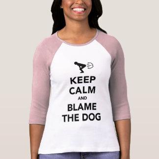Guarde la calma y culpe el perro camiseta