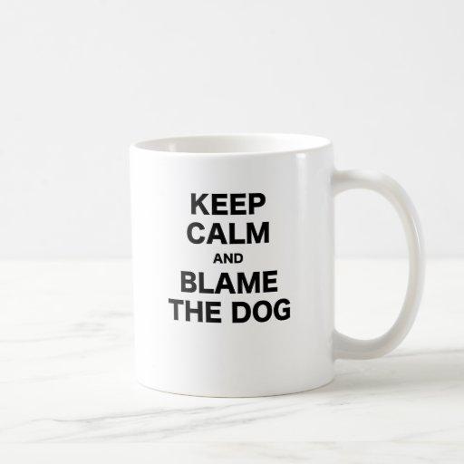 Guarde la calma y culpe el perro tazas