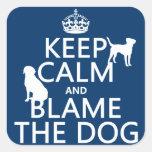Guarde la calma y culpe el perro - todos los pegatina cuadradas personalizadas