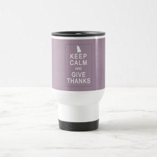 Guarde la calma y dé las gracias con las manos de taza de viaje