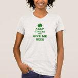 Guarde la calma y déme el día del St. Patricks de Camisetas