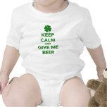 Guarde la calma y déme el día del St. Patricks de Trajes De Bebé