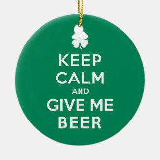 Guarde la calma y déme la cerveza adorno navideño redondo de cerámica