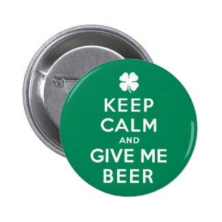Guarde la calma y déme la cerveza pin redondo de 2 pulgadas