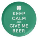 Guarde la calma y déme la cerveza plato para fiesta