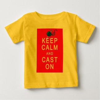 Guarde la calma y eche en la camiseta o el regalo playeras
