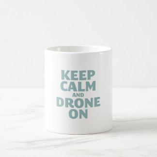Guarde la calma y el abejón encendido taza básica blanca