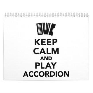 Guarde la calma y el acordeón del juego calendario de pared